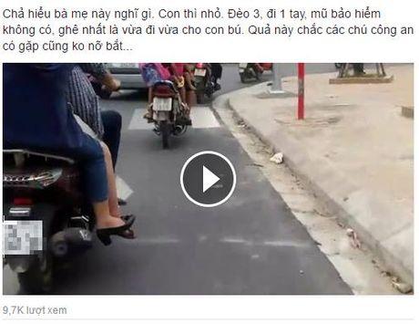 "Ba me ""gan da nhat nam"" vua lai xe vua cho con bu ngay tren pho Ha Noi - Anh 1"