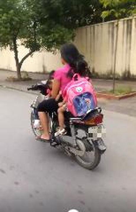 "Ba me ""gan da nhat nam"" vua lai xe vua cho con bu ngay tren pho Ha Noi - Anh 3"