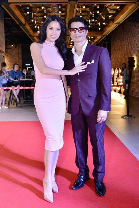 Dustin Nguyen tinh tu om eo Bebe Pham di xem phim - Anh 1