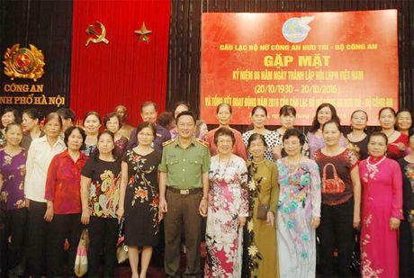 CLB Nu Cong an huu tri gap mat nhan Ngay phu nu Viet Nam - Anh 2