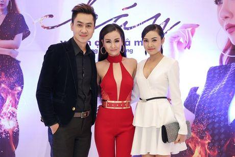 Vo Ha Tram 'lot xac' nong bong trong MV Chay - Anh 6