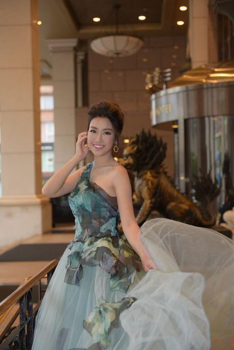 Hoa hau My Linh khoe vai tran khi du su kien o Dai Loan - Anh 5