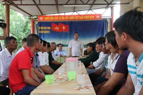 Chu tich tinh Quang Tri khen thuong ngu dan dung cam cuu nguoi tren tau bi nan - Anh 1