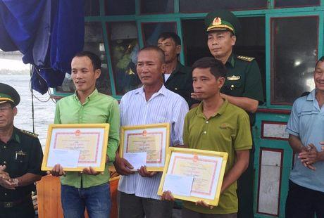 Quang Tri cam on nhung ngu dan cuu ho tau chim, tranh duoc tham hoa tren bien - Anh 3