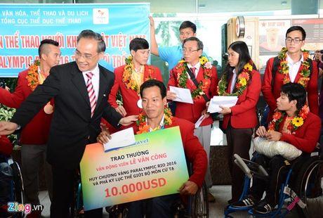Le Van Cong duoc tang ve bay mien phi nhu Hoang Xuan Vinh - Anh 1