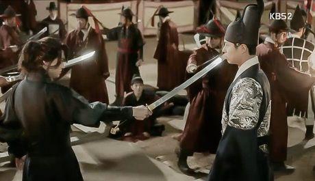 'May hoa anh trang': My nu gia trai Kim Yoo Jung bi xu tu hinh truoc mat Thai tu - Anh 13