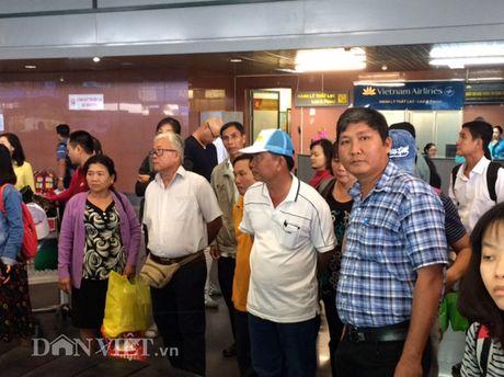 Nong dan Viet Nam xuat sac: 'Tron' con, ru chong ra Ha Noi du le - Anh 1