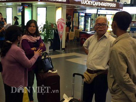 Nong dan Viet Nam xuat sac: 'Tron' con, ru chong ra Ha Noi du le - Anh 2