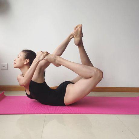 Tra Ngoc Hang khoe dang tap yoga sexy den nghet tho - Anh 3