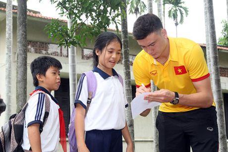 Fan nhi lang SOS xep hang dai xin chu ky doi truong tuyen Viet Nam Cong Vinh - Anh 11