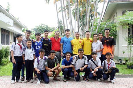 Fan nhi lang SOS xep hang dai xin chu ky doi truong tuyen Viet Nam Cong Vinh - Anh 12