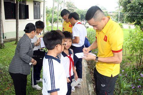 Fan nhi lang SOS xep hang dai xin chu ky doi truong tuyen Viet Nam Cong Vinh - Anh 13