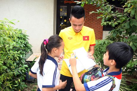 Fan nhi lang SOS xep hang dai xin chu ky doi truong tuyen Viet Nam Cong Vinh - Anh 15
