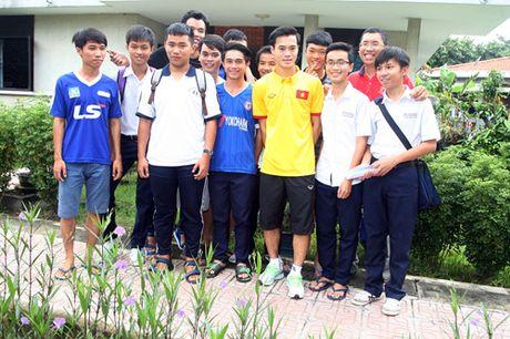 Fan nhi lang SOS xep hang dai xin chu ky doi truong tuyen Viet Nam Cong Vinh - Anh 16