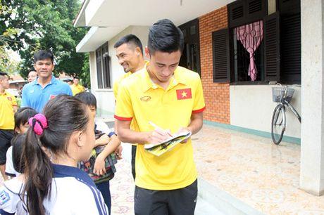 Fan nhi lang SOS xep hang dai xin chu ky doi truong tuyen Viet Nam Cong Vinh - Anh 17
