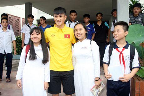 Fan nhi lang SOS xep hang dai xin chu ky doi truong tuyen Viet Nam Cong Vinh - Anh 20