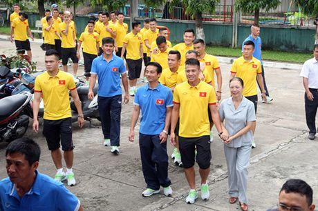 Fan nhi lang SOS xep hang dai xin chu ky doi truong tuyen Viet Nam Cong Vinh - Anh 3
