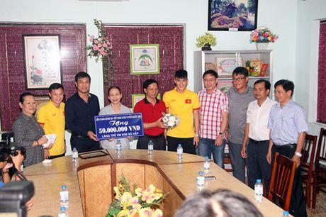 Fan nhi lang SOS xep hang dai xin chu ky doi truong tuyen Viet Nam Cong Vinh - Anh 4