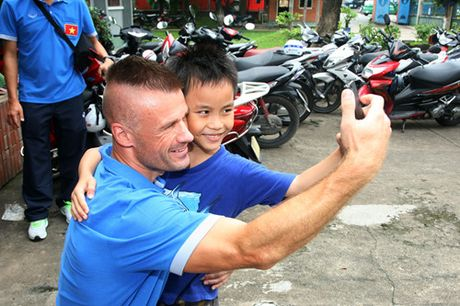 Fan nhi lang SOS xep hang dai xin chu ky doi truong tuyen Viet Nam Cong Vinh - Anh 5