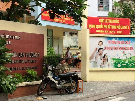 Vu phuong doi truong chet canh khau sung: Camera ghi hinh 1 nguoi dan ong - Anh 1