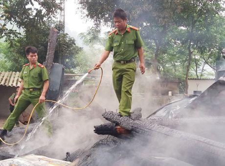 Nghe Anh: Hoa hoan thieu rui tru so lam viec cua Ban Cong an va Quan su xa - Anh 2