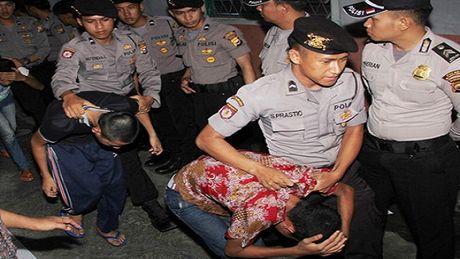 Indonesia cho phep tiem hoocmon nu cho ke au dam - Anh 1