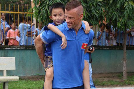 DT Viet Nam: Hang tram em nho cho xin chu ky Cong Vinh - Anh 11