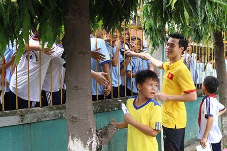 DT Viet Nam: Hang tram em nho cho xin chu ky Cong Vinh - Anh 12