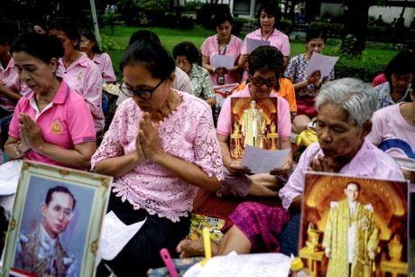 Nguoi dan Thai Lan cau nguyen cho nha vua dang benh nang - Anh 3