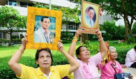 Nguoi dan Thai Lan cau nguyen cho nha vua dang benh nang - Anh 4