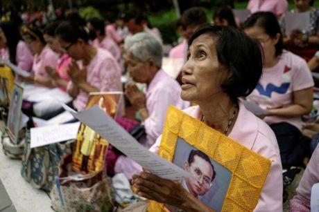 Nguoi dan Thai Lan cau nguyen cho nha vua dang benh nang - Anh 5
