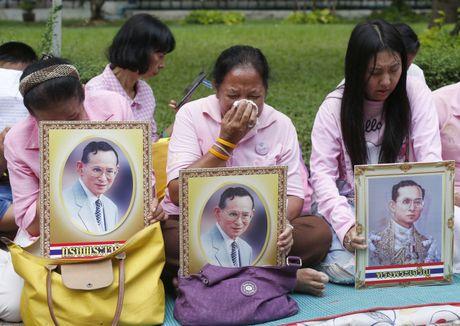 Nguoi dan Thai Lan cau nguyen cho nha vua dang benh nang - Anh 7