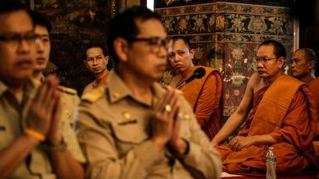 Nguoi dan Thai Lan cau nguyen cho nha vua dang benh nang - Anh 8