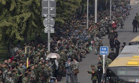 1.000 cuu binh Trung Quoc bieu tinh ngoai Bo Quoc phong - Anh 1