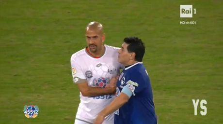 Da giao huu vi hoa binh, Maradona van dinh 'tan' dan em - Anh 1