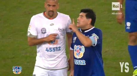 Da giao huu vi hoa binh, Maradona van dinh 'tan' dan em - Anh 2