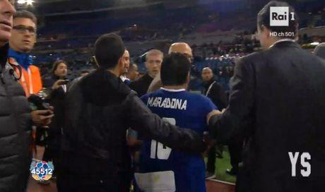 Da giao huu vi hoa binh, Maradona van dinh 'tan' dan em - Anh 4