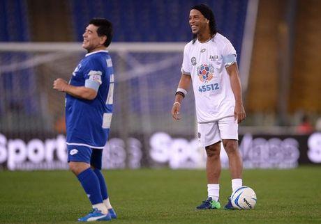 Da giao huu vi hoa binh, Maradona van dinh 'tan' dan em - Anh 7