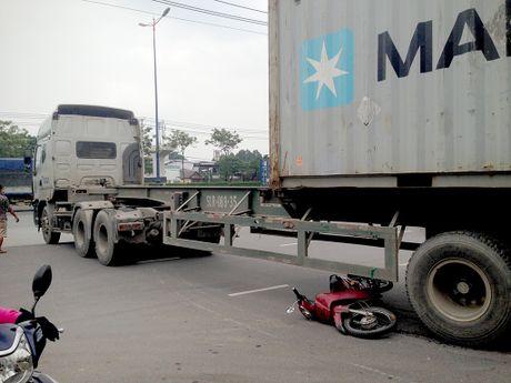 Lot vao gam container, nam thanh nien thoat chet hi huu - Anh 2