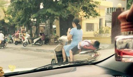 Thot tim me cho con nam dai sau xe may den truong - Anh 2