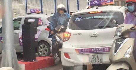 Hai taxi VIC ngang nhien di nguoc chieu tai cau vuot Hoang Minh Giam - Anh 1