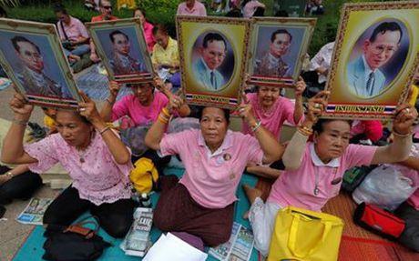 Nguoi dan Thai Lan do ve Bangkok cau nguyen cho suc khoe Nha vua - Anh 1