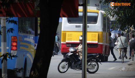 Xe bus 'du' dai nao Ha Noi thach thuc luc luong chuc nang - Anh 1