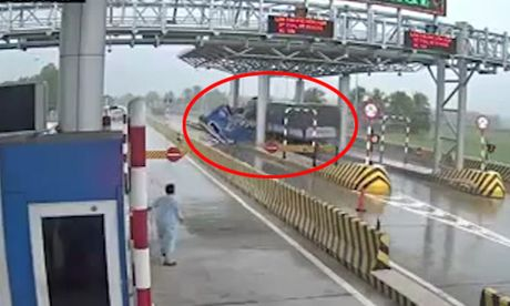 Clip: Khoanh khac xe tai tong nat tram thu phi o Khanh Hoa - Anh 1