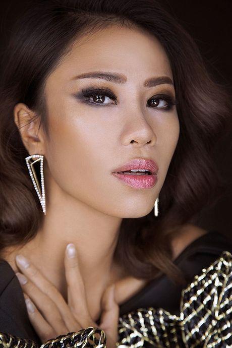 A Hau Yen Nhi goi y trang diem va lam toc cho cac co nang da nau ca tinh - Anh 1