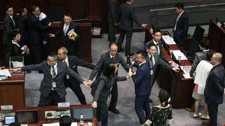 Hai nghi si Hong Kong chong Trung Quoc bi ham doa 'xu ly' - Anh 3