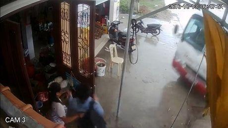 Nhiet tinh don khach, oto lao thang vao cua nha - Anh 1
