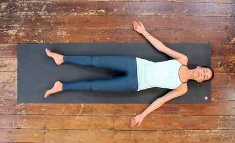 6 bai tap Yoga tren giuong tot cho suc khoe - Anh 5