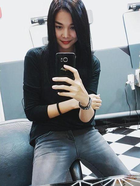 Minh Hang dien style dao pho 'mau me' – Dong Nhi lai vay trang diu dang - Anh 8