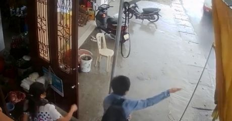 Hu hon tai xe lao xe vao cua bat khach - Anh 1
